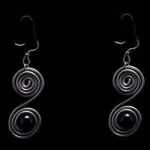 Χειροποίητα σκουλαρίκια με αλπακά ,μαύρη πέρλα και αρχαιοελληνικό σχέδιο