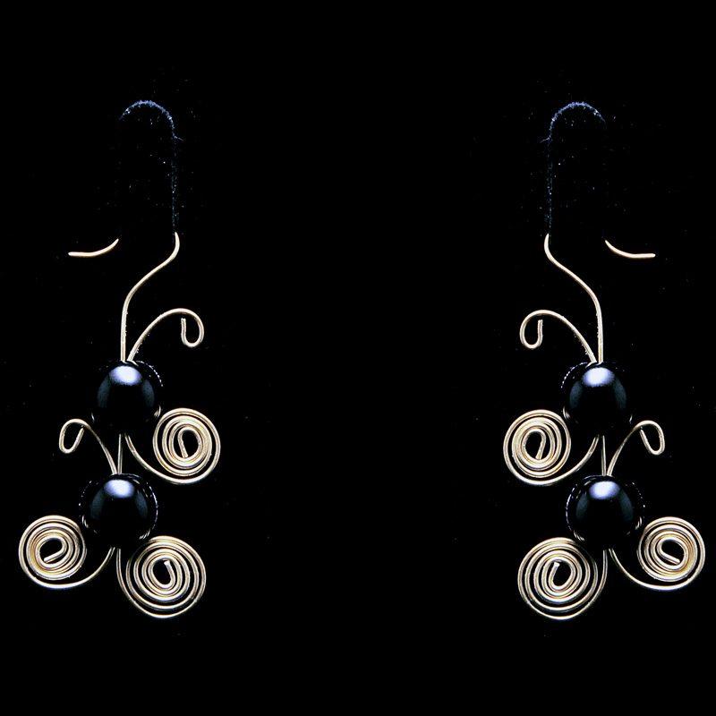 Χειροποίητα σκουλαρίκια με ορείχαλκο και μαύρες πέρλες