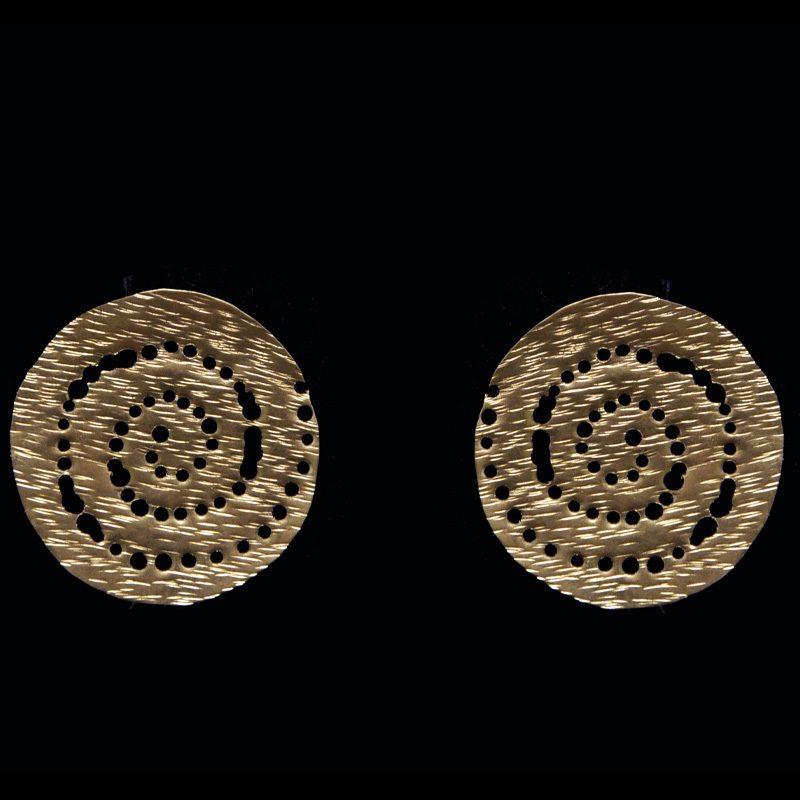 Χειροποίητα σκουλαρίκια με σφυρήλατο ορείχαλκο και αρχαιοελληνικό σχέδιο.