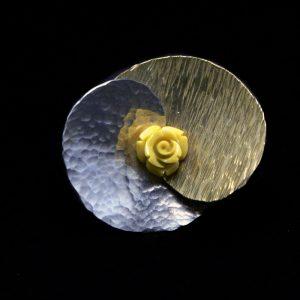 Χειροποίητο δαχτυλίδι με σφυρήλατο ορείχαλκο και αλπακά και κίτρινο τριαντάφυλλο
