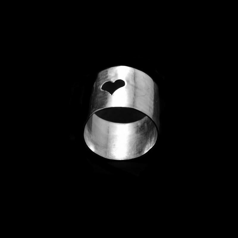 Χειροποίητο δαχτυλίδι με αλπακά και καρδιά κομμένη με σέγα