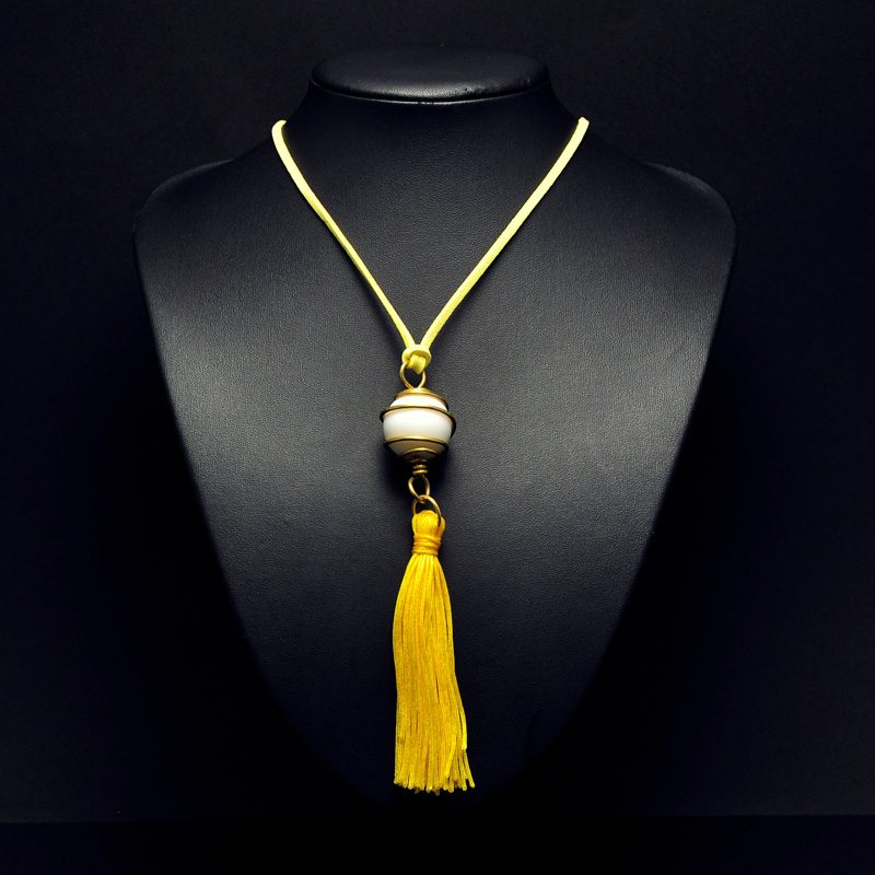 Χειροποίητο μενταγιόν με πέρλα και κίτρινη φούντα