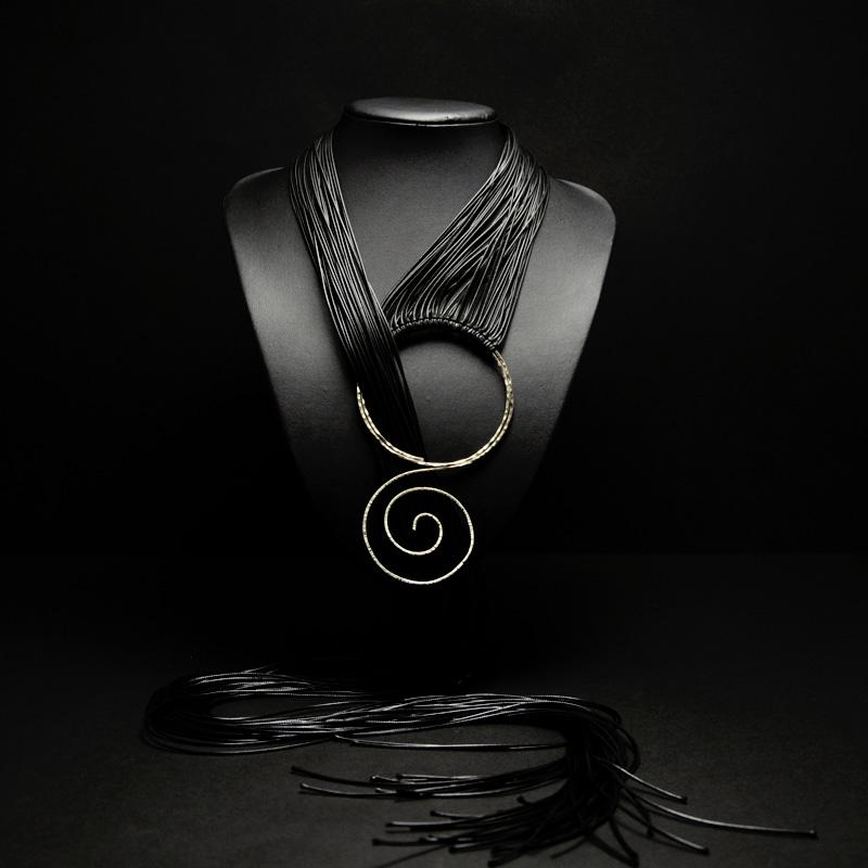 Χειροποίητο μακρύ κολιέ με δέρματα μαύρα, σφυρήλατο αλπακά και αρχαιοελληνικό σχέδιο