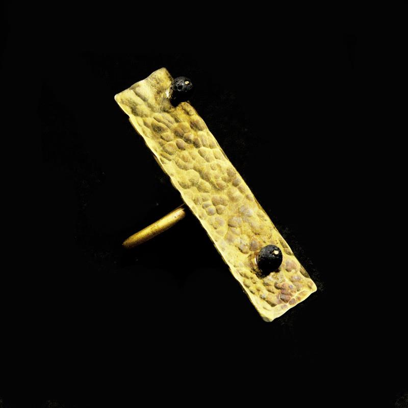 Χειροποίητο δαχτυλίδι με σφυρήλατο ορείχαλκο και ημιπολύτιμες πέτρες λάβα