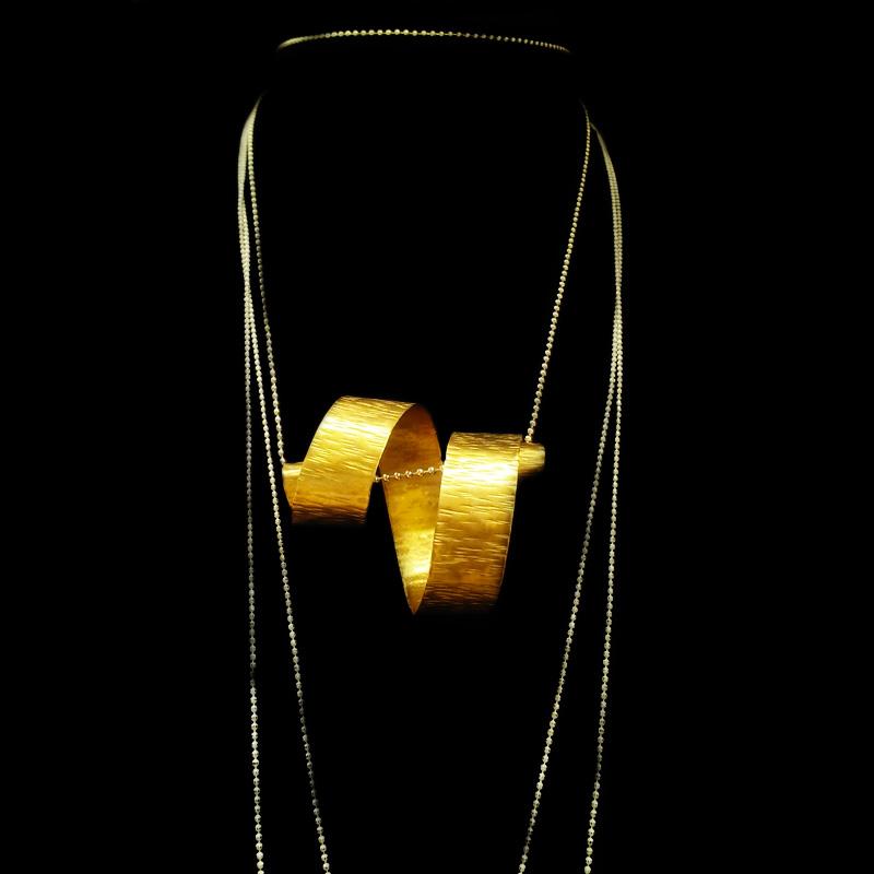 Χειροποίητο κολιέ με σφυρήλατο ορείχαλκο, σπείρα. Συνοδεύεται με αλυσίδα σε χρυσό χρώμα. Μοναδικά χειροποίητα κοσμήματα από τη Nisos by D&T. Κάντε αγορά on line τώρα!