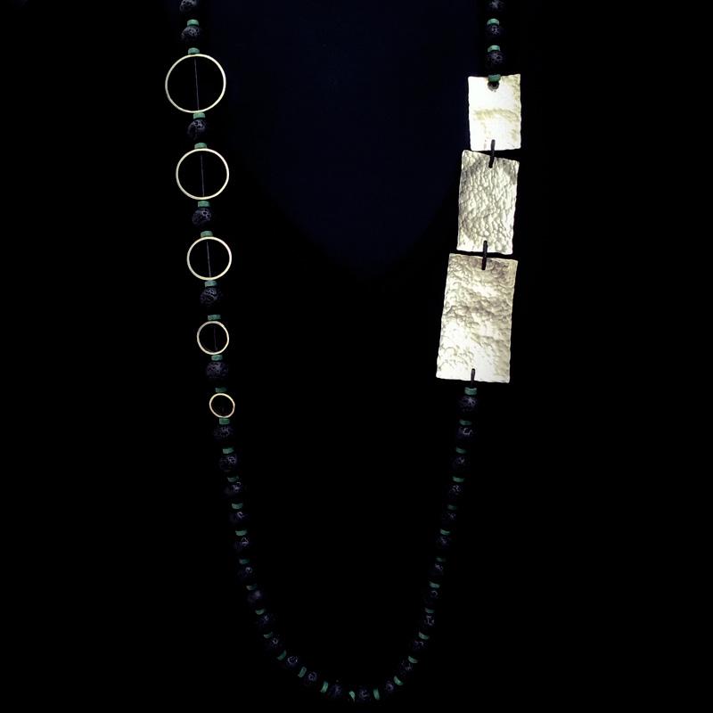 Χειροποίητο κολιέ με ημιπολύτιμες πέτρες λάβας και γεωμετρικά σχήματα από σφυρήλατο αλπακά