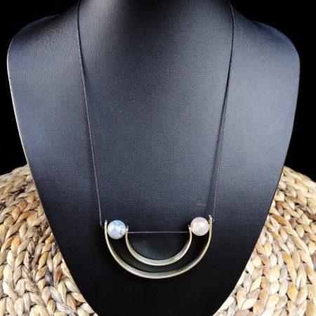 Χειροποίητο minimal style μενταγιόν με αρζαντό & πέτρες χαουλίτη.