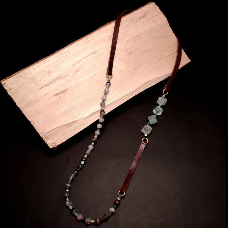 Χειροποίητο κολιέ με δέρμα και ημιπολύτιμες πέτρες. Πράσινος φθορίτης διαγώνιος κύβος και πολύχρωμος αχάτης δεμένα με δέρμα. Μοναδικά χειροποίητα κοσμήματα από τη Nisos by D&T. Κάντε αγορά on line τώρα!